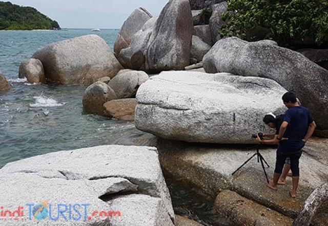 Proses pengambilan gambar dari sisi strategis di sudut Pantai Tanjung Kelayang